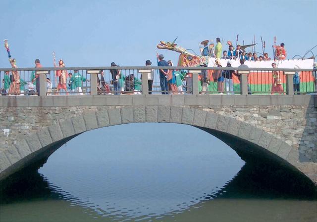 あしべ橋を渡る唐船